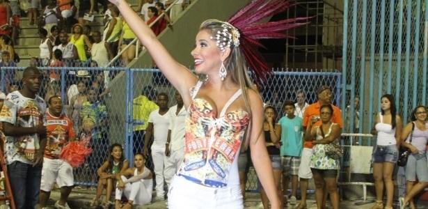 A ex-BBB Adriana participou de ensaio da Porto da Pedra na Sapucaí no domingo (22/01/12)