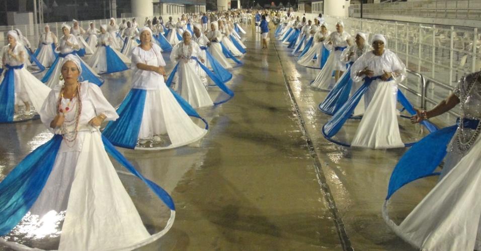 Ala das baianas da Acadêmicos do Tucuruvi durante ensaio da escola no domingo (22/01/12) no sambódromo do Anhembi