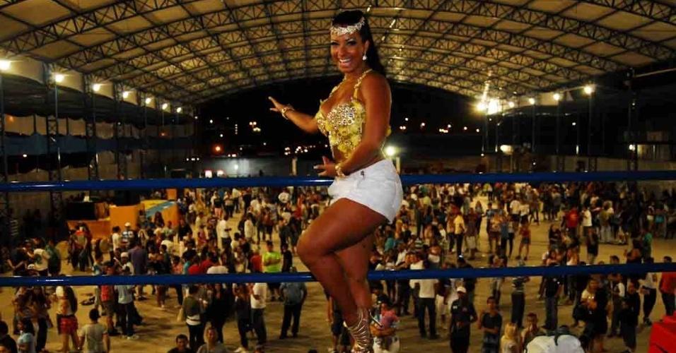 Cinthia Santos, madrinha de bateria da Águia de Ouro, visitou a quadra da escola no domingo (22/01/12)