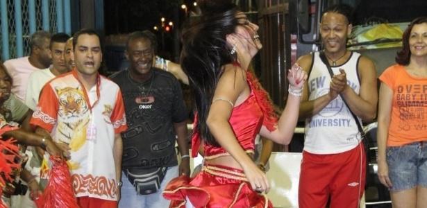 Musa do Brasileirão 2011, Bianca Leão participou de ensaio da Porto da Pedra na Sapucaí no domingo (22/01/12)