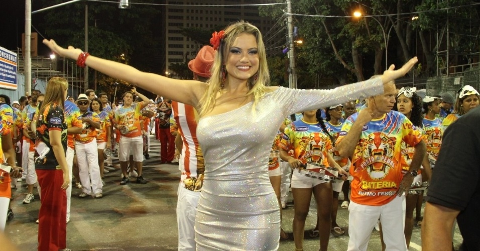 Rainha de bateria, Ellen Rocche  participou de ensaio da Porto da Pedra na Sapucaí no domingo (22/01/12)