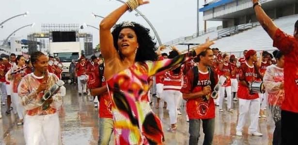 Simone Sampaio, rainha de bateria da Dragões da Real, participou de ensaio da escola no Anhembi no domingo (22/10/12)