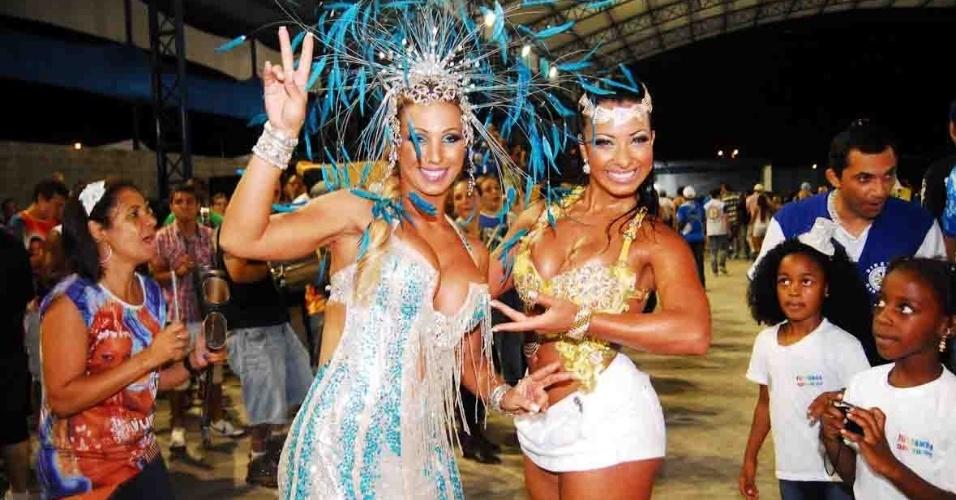 Valeska Popozuda, rainha de bateria da Águia de Ouro, e Cinthia Santos, madrinha da bateria, visitaram a quadra da escola no domingo (22/01/12)