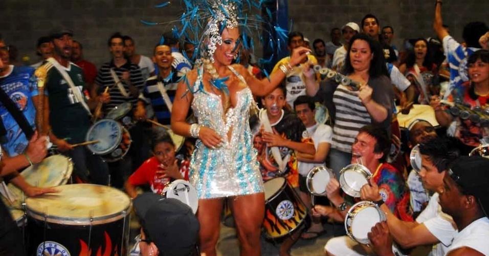 Valeska Popozuda, rainha de bateria da Águia de Ouro, visitou a quadra da escola no domingo (22/01/12)