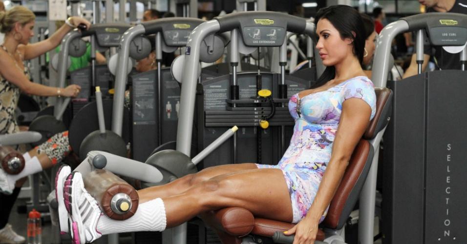 No dia a dia de malhação, a rainha de bateria malha o quadriceps na cadeira extensora, com 50kg, e faz aparelhos como leg extension