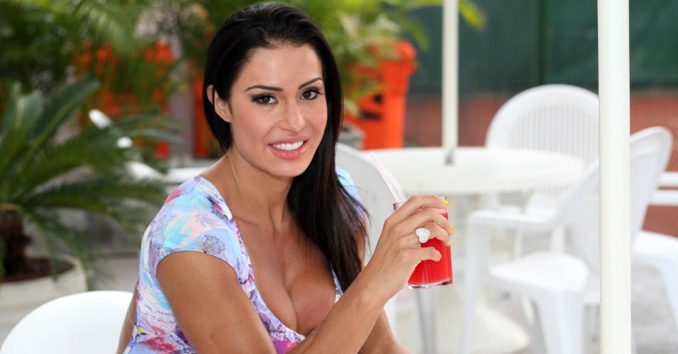 No lounge, a rainha de bateria se hidrata com suco de melancia
