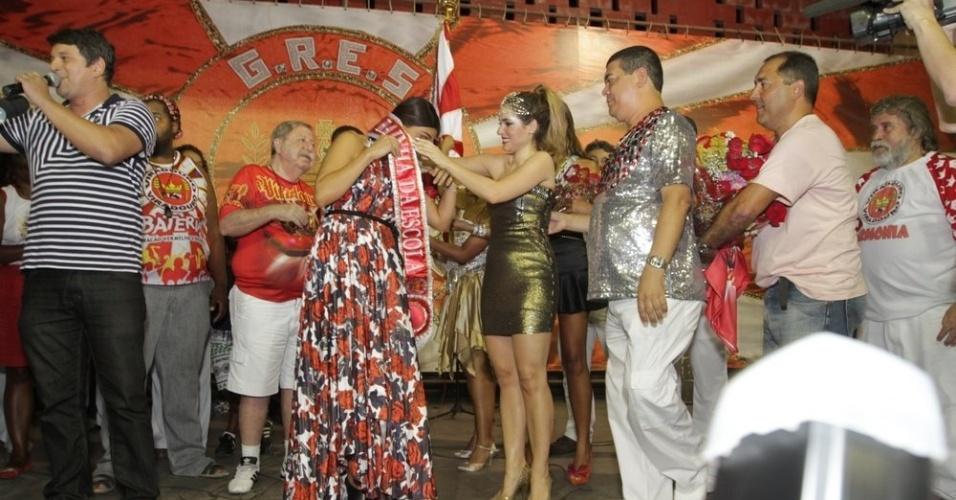 Ao lado de Monique Alfradique, Juliana Paes recebe título de rainha da Viradouro na quadra da escola, em Niterói (24/1/12)
