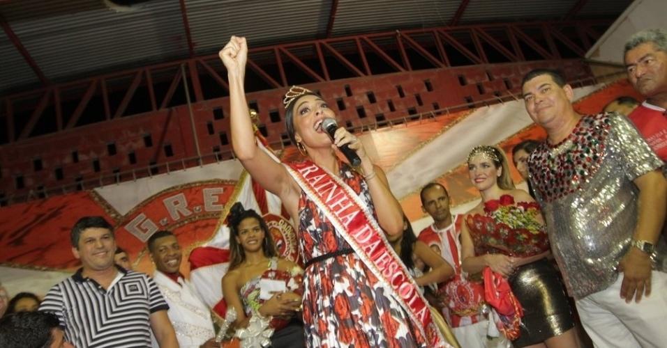 Juliana Paes recebe título de rainha da Viradouro na quadra da escola, em Niterói (24/1/12)
