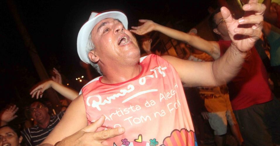 A Renascer de Jacarepaguá promoveu na terça-feira (24/01/12) ensaio de rua no Rio de Janeiro. Na foto, folião dança durante o evento.