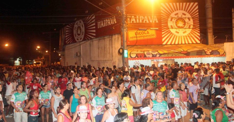 A Renascer de Jacarepaguá promoveu na terça-feira (24/01/12) ensaio de rua no Rio de Janeiro. Na foto, foliões dançam durante o evento.