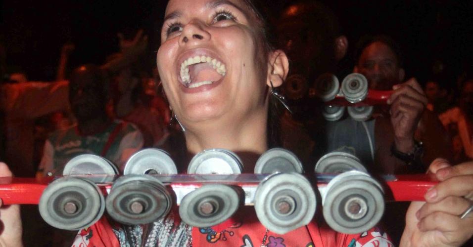 A Renascer de Jacarepaguá promoveu na terça-feira (24/01/12) ensaio de rua no Rio de Janeiro. Na foto, membro da bateria toca durante o evento.