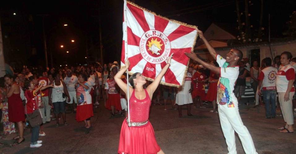 A Renascer de Jacarepaguá promoveu na terça-feira (24/01/12) ensaio de rua no Rio de Janeiro. Na foto, o mestre-sala e a porta-bandeira exibem a bandeira da escola.