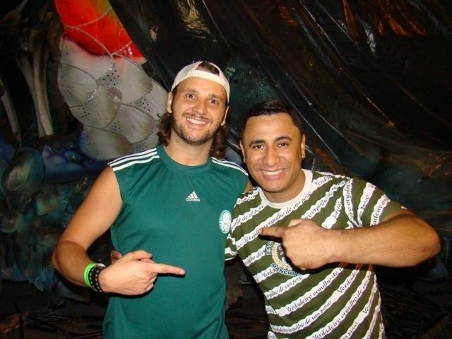 O cantor Tato, líder do Falamansa, participou de ensaio da escola de samba Mancha Verde em São Paulo na quinta-feira (26/01/12). Na foto, ele posa com Fredy Viana, intérprete da escola