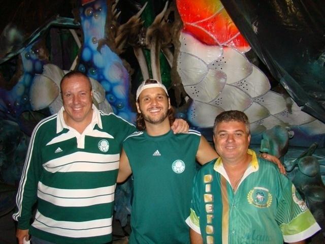 O cantor Tato, líder do Falamansa, participou de ensaio da escola de samba Mancha Verde em São Paulo na quinta-feira (26/01/12). Na foto, ele posa com Paulo Serdan, presidente da escola, e Rogério Carneiro, vice