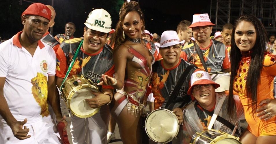 Luana, assistente de palco do programa Caldeirão do Huck samba com ritmistas da bateria da Estácio de Sá em ensaio técnico (28/1/12)