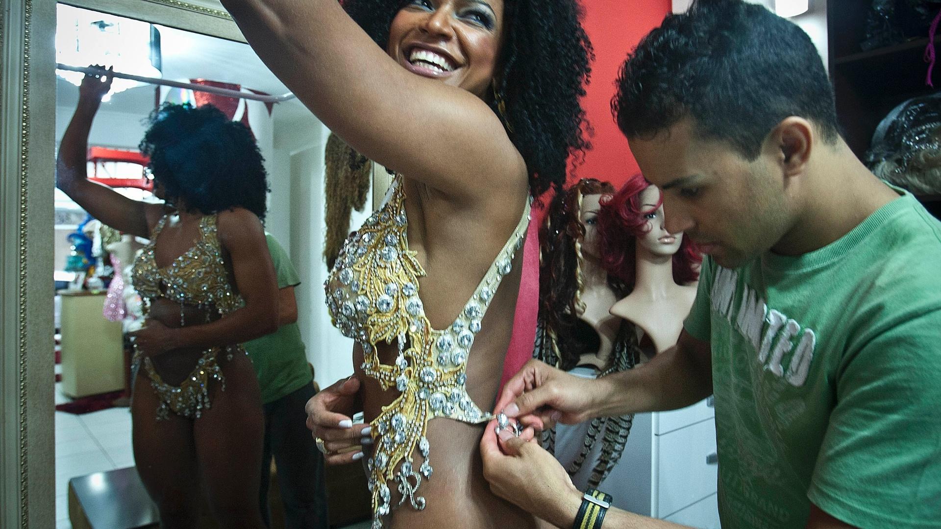 Simone Sampaio provou fantasias no centro de São Paulo na quinta-feira (26/01/12). Neste Carnaval, a rainha das rainhas estará à frente da bateria da Dragões da Real, que desfila no dia 18 de fevereiro. Na foto, ela veste um maiô dourado com 20 mil pedras, estimado em R$ 1.500