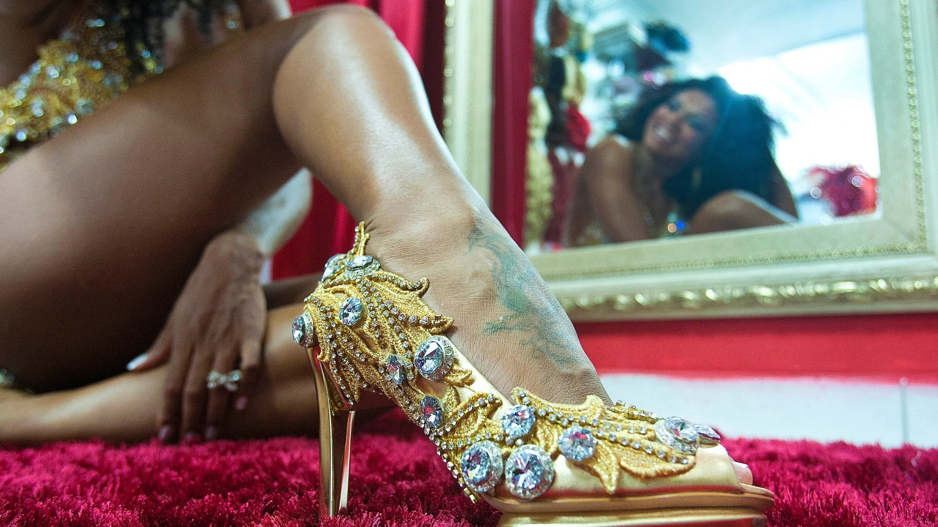 Simone Sampaio provou fantasias no centro de São Paulo na quinta-feira (26/01/12). Neste Carnaval, a rainha das rainhas estará à frente da bateria da Dragões da Real, que desfila no dia 18 de fevereiro. Na foto, ela usa sapato dourado com cristais, estimado a R$ 700