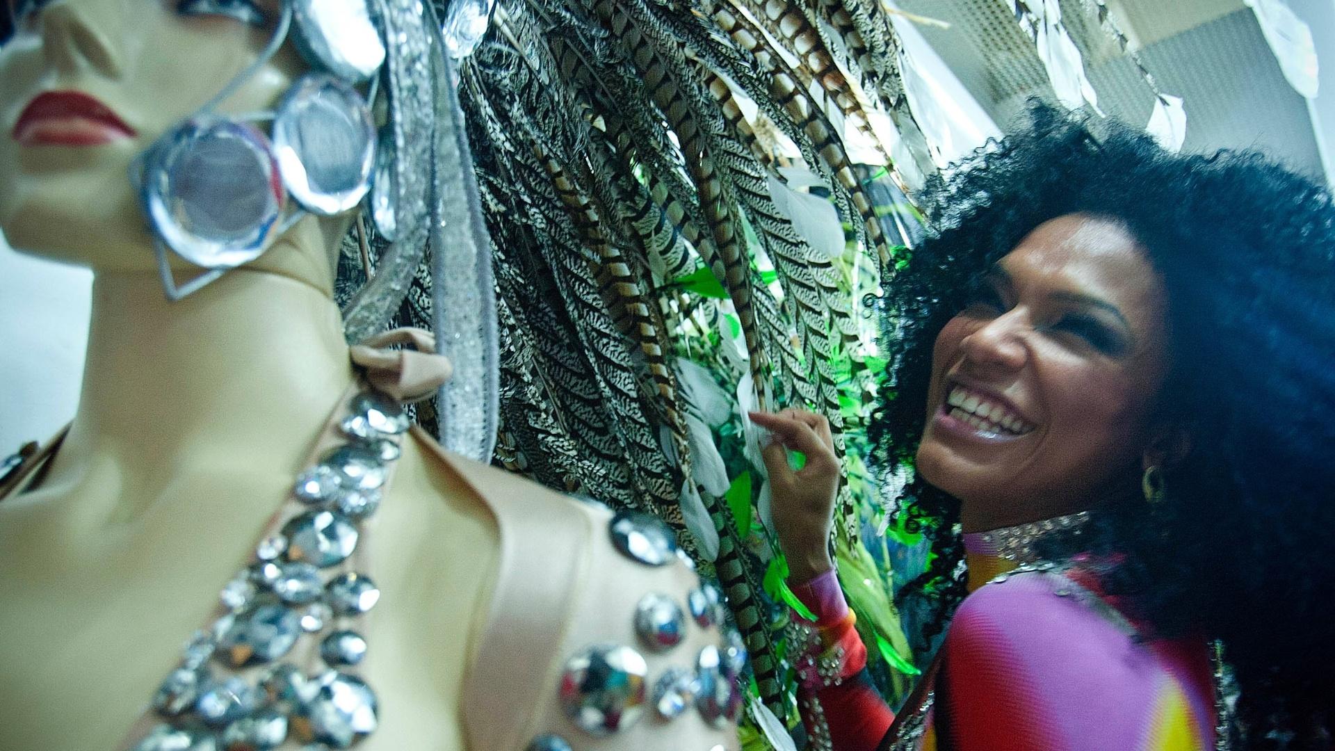 Simone Sampaio provou fantasias no centro de São Paulo na quinta-feira (26/01/12). Neste Carnaval, a rainha das rainhas estará à frente da bateria da Dragões da Real, que desfila no dia 18 de fevereiro.