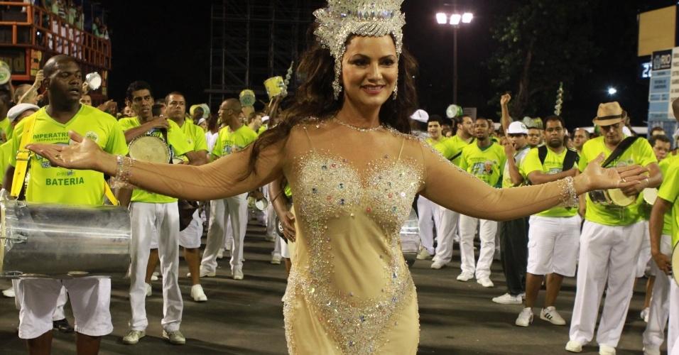 Com fantasia inspirada em Iemanjá, Luiza Brunet samba no ensaio técnico da Imperatriz Leopoldinense (28/1/12)