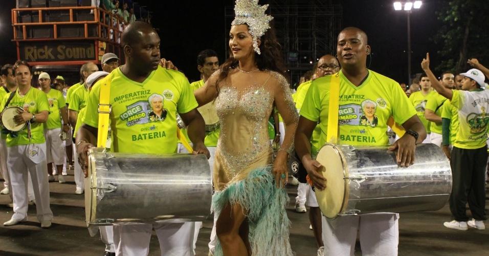 Luiza Brunet samba com ritmistas da bateria da Imperatriz Leopoldinense durante ensaio técnico da escola no Sambódromo (28/1/12)