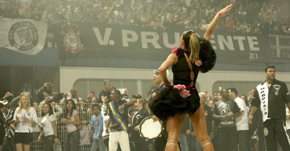 Sabrina Sato agita a torcida do Corinthians em ensaio técnico no Sambódromo de São Paulo (28/1/12)