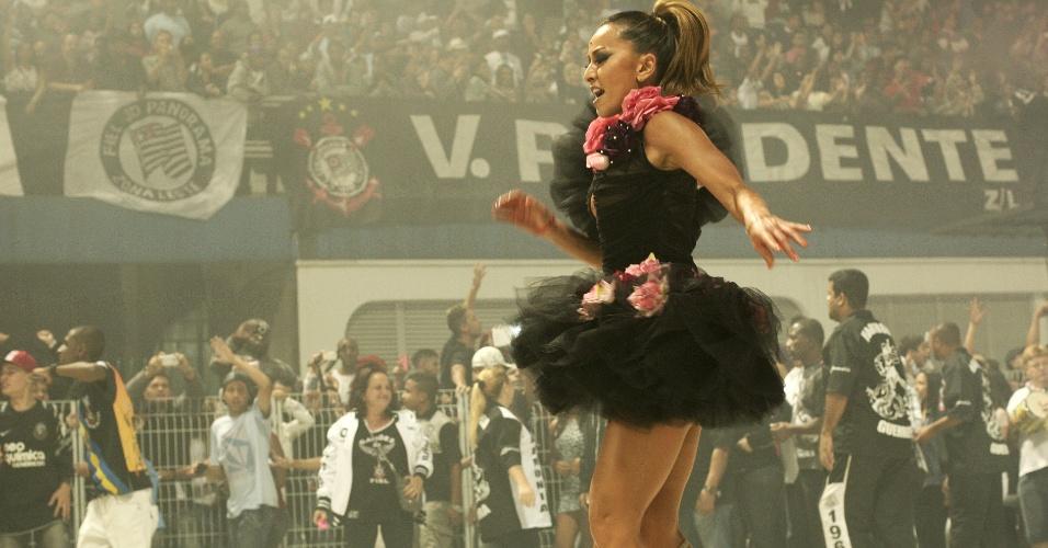 Sabrina Sato samba e agita a torcida do Corinthians no ensaio técnico da Gaviões no Sambódromo de São Paulo (28/1/12)