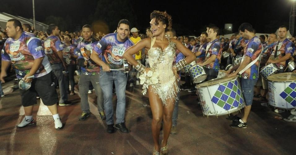 A atriz Quitéria Chagas participou de ensaio da Unidos de Vila Maria em São Paulo no sábado (28/01/12)