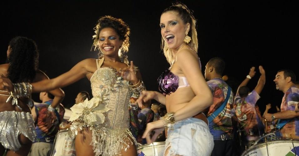 A ex-BBB Flavia Viana e a atriz Quitéria Chagas participam de ensaio da Unidos de Vila Maria em São Paulo no sábado (28/01/12)