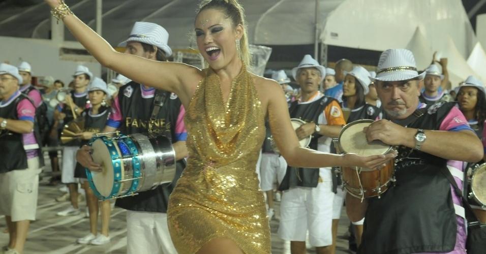 Ellen Rocche, rainha de bateria da Rosas de Ouro, participou de ensaio técnico no sambódromo do Anhembi (30/01/12)