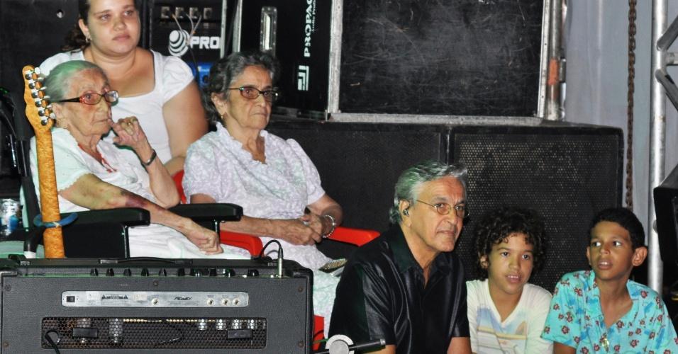 Caetano Veloso e Maria Gadú se apresentaram no palco Alegria Alegria durante a Festa de Purificação na terça-feira (31/01/12), em Santo Amaro, no Recôncavo Baiano. A festa exalta a padroeira da cidade, Nossa Senhora da PurificaçãoNa foto, o cantor com a irmã Clara Veloso e Dona Canô, sua mãe