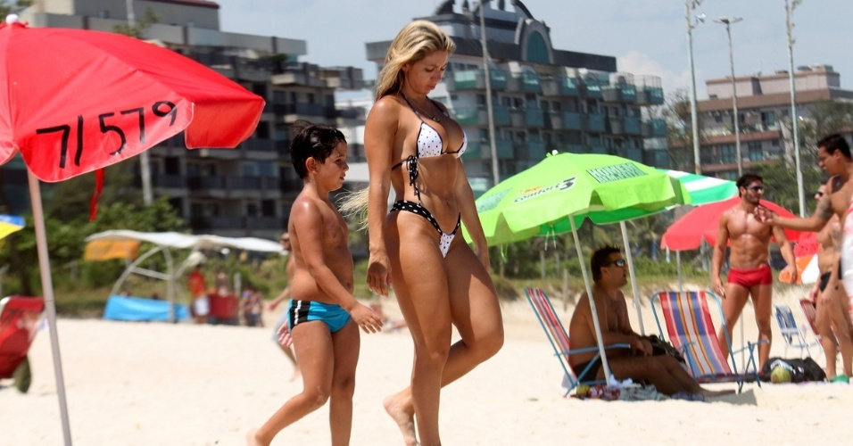 Andrea de Andrade, rainha da Bateria da Império de Casa Verde e musa da Unidos de Vila Isabel, mostra suas curvas em praia da zona Oeste do Rio de Janeiro (02/02/12)