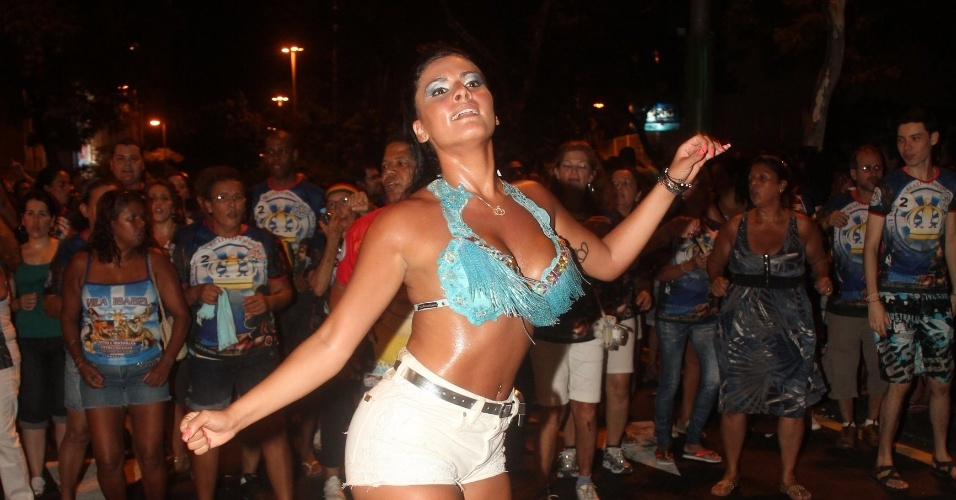 Gabriela Alves, esposa do presidente Wilson Alves, participou do ensaio de rua da Unidos de Vila Isabel (01/02/12). Ela tem a coroa da Vila tatuada no braço.