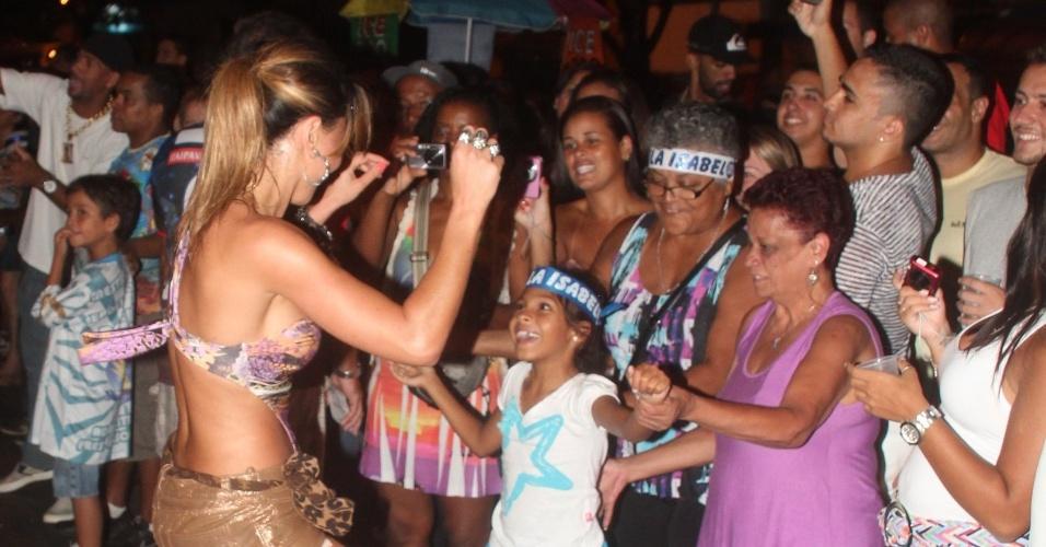 Sabrina Sato sambou em ensaio de rua da Unidos de Vila Isabel na quarta-feira (01/01/12)