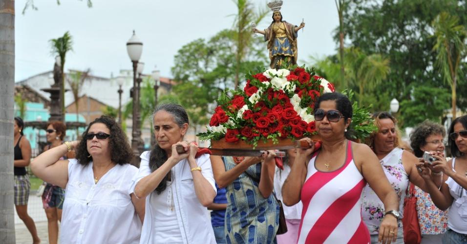 A cantora Maria Bethânia compareceu à Igreja de Nossa Senhora da Purificação, em Santo Amaro,na quinta-feira (02/02/12) para ornamentar a imagem de Santa Bárbara, sua santa de devoção.