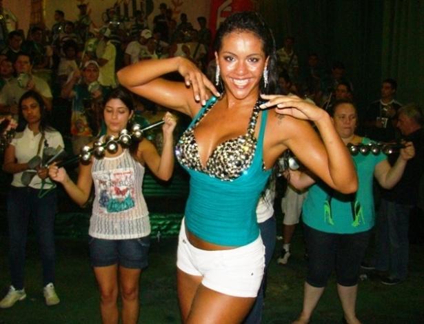 Aline Bernardes, musa das passistas, participou de ensaio da Mancha Verde (02/02/12)