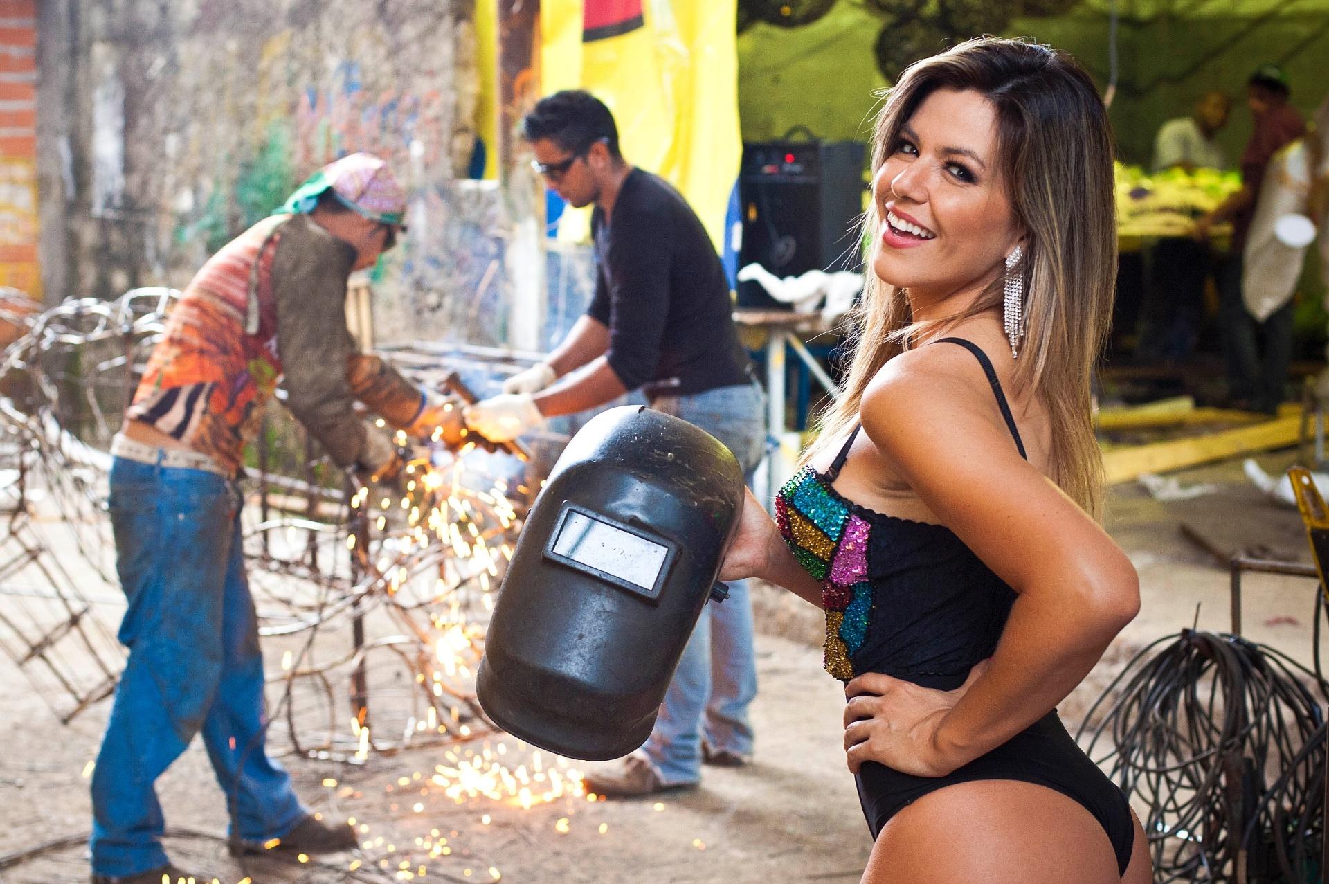 Musa da Tom Maior, a ex-Panicat Tânia Oliveira participou de um ensaio fotográfico exclusivo para o UOL no barracão da escola, no Bom Retiro, centro de São Paulo (31/01/12)