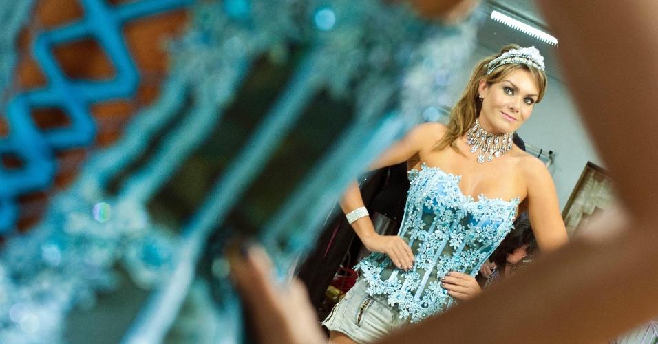 Musa da X-9 Paulistana, Luize Altenhofen prova de fantasias em um ateliê da zona norte da cidade.