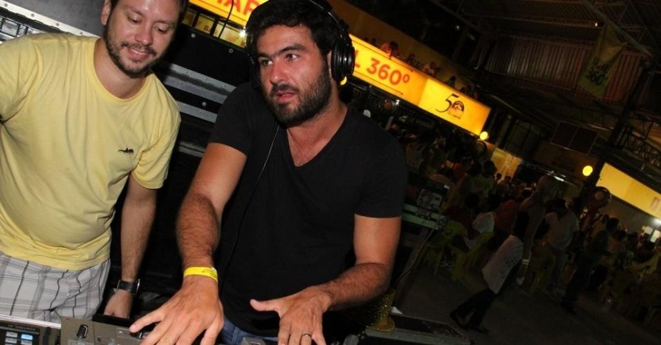 O ator Thierry Figueira foi DJ em ensaio do Bloco dos Clementianos, na quadra da São Clemente, no Rio de Janeiro (02/02/12)