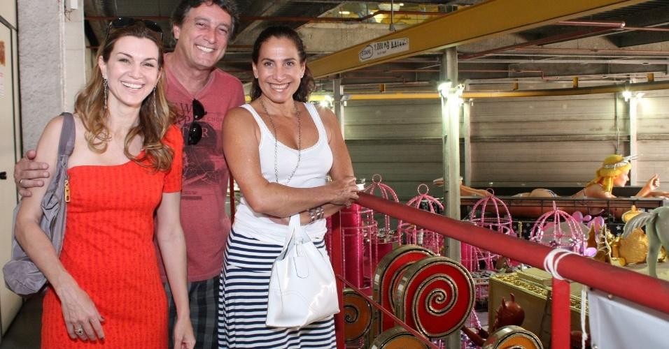 Os atores Adriana Garambone, Eduardo Galvão e Totia Meireles visitaram o barracão da São Clemente, na Cidade do Samba (03/02/12). Eles experimentam figurinos para o desfile e discutiram os detalhes das fantasias.
