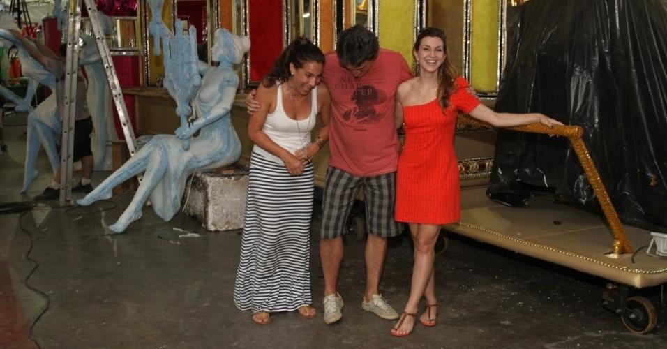 Os atoresTotia Meireles, Eduardo Galvão e Adriana Garambone experimentam figurinos para o desfile da São Clemente no barracão da escola, na Cidade do Samba (03/02/12)