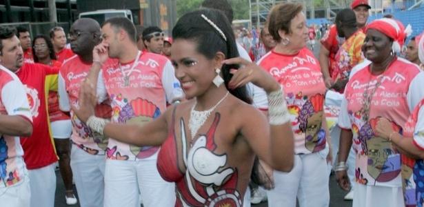 Andréa Martins, musa da escola de samba Renascer de Jacarepaguá, desfila com o corpo pintado durante ensaio técnico realizado no Sambódromo do Rio (4/2/2012)