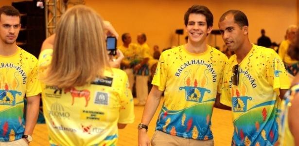 Fãs tiram foto com Felipe, jogador do Vasco, durante bacalhoada da Unidos da Tijuca, no Rio de Janeiro (4/2/12)