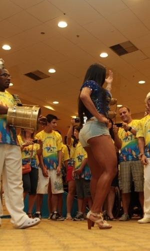 Gracyanne Barbosa samba com a bateria da Unidos da Tijuca durante bacalhoada da escola em um hotel no Rio (4/2/12)