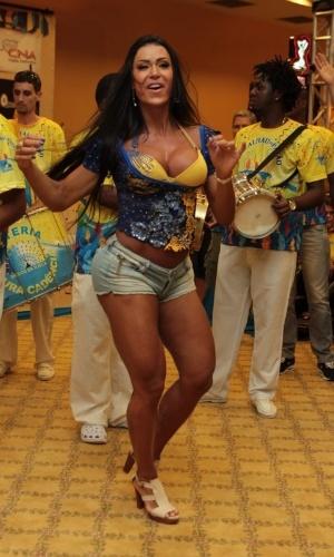 Gracyanne Barbosa samba com a bateria da Unidos da Tijuca durante bacalhoada da escola em um hotel no Rio. A modelo é rainha da escola este ano (4/2/12)