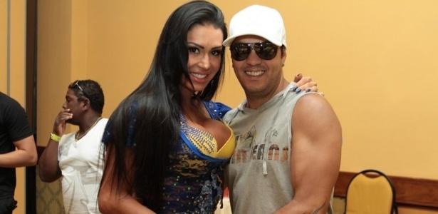 Gracyanne Barbosa vai com marido Belo a bacalhoada da Unidos da Tijuca, no Rio de Janeiro (4/2/12)