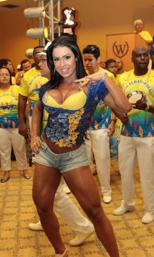 Mostrando o corpo musculoso, Gracyanne Barbosa samba com a bateria da Unidos da Tijuca durante bacalhoada da escola em um hotel no Rio (4/2/12)