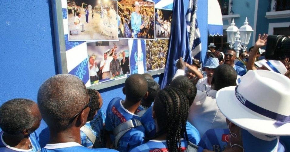 Mural mostra homenagem da escola ao prefeito do Rio de Janeiro, Eduardo Paes (4/2/12)