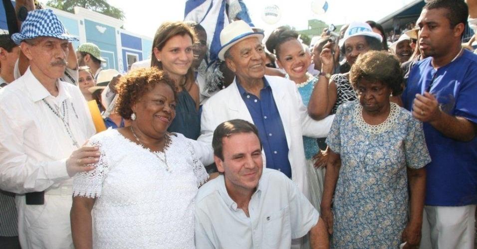 O prefeito do Rio de Janeiro, Eduardo Paes, tira fotos com a velha guarda da Portela. A escola contou com investimento de R$3,5 milhões da Prefeitura (4/2/12)