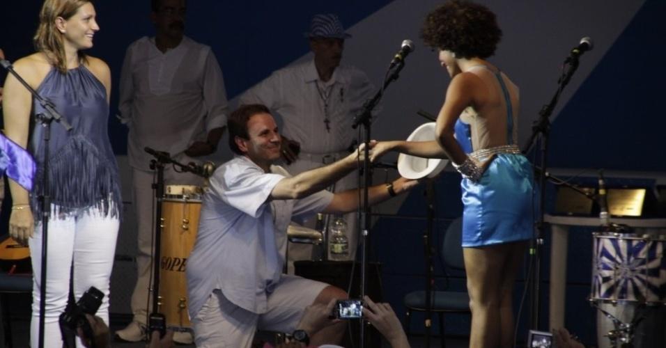 O prefeito Eduardo Paes reverencia a rainha da bateria da Portela, Sheron Menezes (4/2/2012)