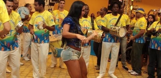 Rainha da escola, Gracyanne Barbosa samba com a bateria da Unidos da Tijuca durante bacalhoada da agremiação em hotel no Rio (4/2/12)(4/2/12)